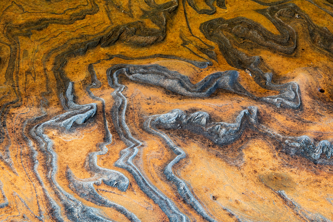 Ochre curves at the waterside