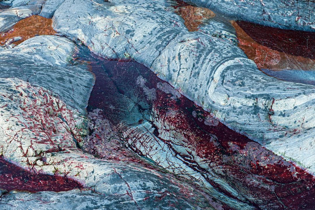 Coloured veins in pools
